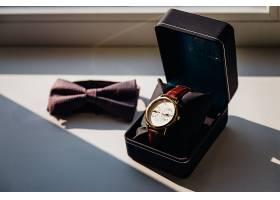 黑色盒子里的手表白色窗台上有一条领结_161276101