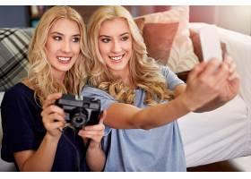 用手机与双胞胎妹妹自拍_1246956201