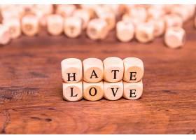 用木头方块排列的爱与恨两个字_435176201