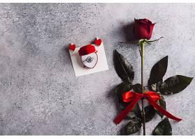 情人节和我结婚订婚戒指装在红玫瑰盒子里_502950001