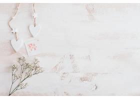 白色的心和鲜花有爱心卡片和复印空间_1189431801
