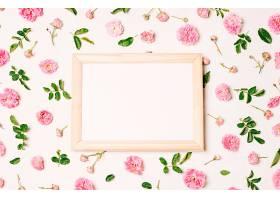 粉红色的花朵和绿色的叶子之间的相框_366760101