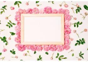 粉红色的花朵和绿色的叶子之间的相框_366760501