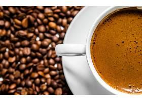 桌子上有咖啡杯和咖啡豆俯瞰爱咖啡白_116270601