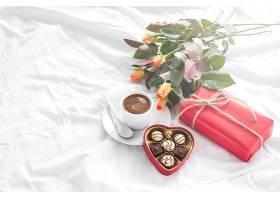 早餐包括礼物鲜花和巧克力_98489401