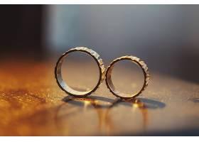 结婚戒指单独放在沃登桌子上_147141701