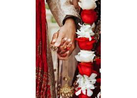 正宗的印度新娘和新郎穿着传统婚礼服装手牵_644886401