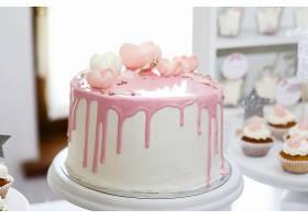 覆盖着粉色糖衣和玫瑰花的令人惊叹的生日蛋_162064301