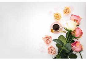 浪漫的构图有玫瑰花瓣和粉红色的咖啡杯_648798501