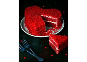深色心形红色天鹅绒蛋糕_543292001