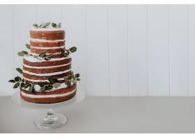 漂亮的婚礼蛋糕白色背景右边有空间_367995301