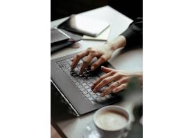 漂亮的年轻女子在家庭办公室在家工作远_1101362501