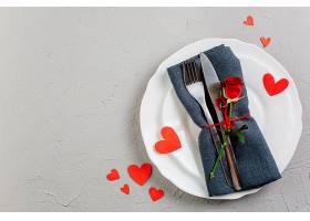 灯盘上带餐具的红玫瑰_344039401