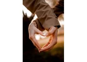 近距离的手塑造心形_1116893301