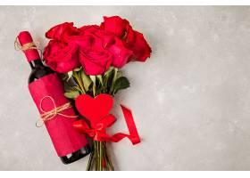 灰色桌子上挂着玫瑰花和石南花的酒束_627466201