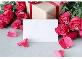 为圣瓦伦丁节准备的玫瑰花和礼盒_876152501