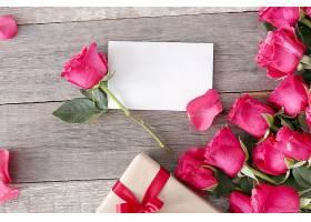 为圣瓦伦丁节准备的玫瑰花和礼盒_876154101