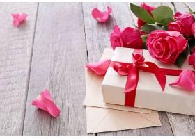 为圣瓦伦丁节准备的玫瑰花和礼盒_876155001