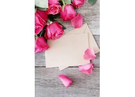 为圣瓦伦丁节准备的玫瑰花和礼盒_876155401