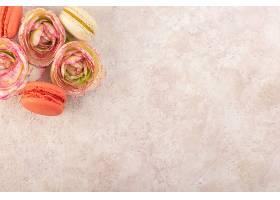 俯瞰五颜六色的法式马卡龙配上枯萎的玫瑰花_1018782501