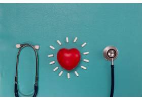 医用听诊器和蓝色药丸_555474401