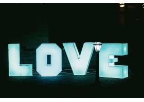 发亮的蓝色大字母深色背景的爱情_147142001