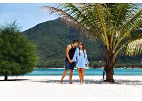 可爱情侣在热带小岛浪漫度假的夏日阳光写真_985657101