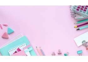 各种五颜六色的学校和办公室文具粉色背景_955501701