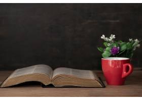 圣经和一杯早餐咖啡_550801501