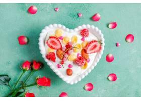 在心形的碗里放着玉米片和浆果的酸奶_1248379701