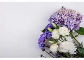 在白色背景和复制空间上俯瞰美丽而可爱的花_1235027101