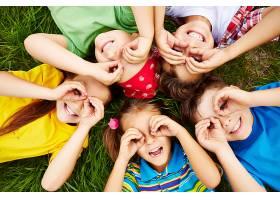 在草地上玩耍的孩子们_85491201