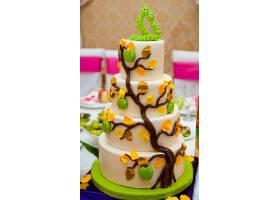 层次分明的蛋糕上面装饰着甜美的恋爱中的_161276701