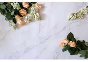 头顶拍摄的花园玫瑰在白色大理石表面上开_1194281301