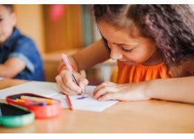 女学生坐在桌子旁画画_126752301