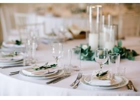 婚宴餐桌套装优雅的白色装饰配以绿色植物_398313501