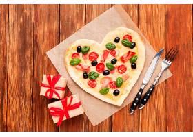 带礼品的顶级心形披萨_512099601