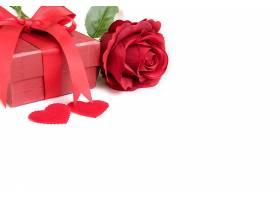 带礼物和两颗心的红玫瑰_113129001