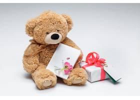 泰迪熊是一对红心的情侣白色上有礼物_1019136601