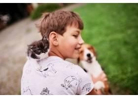 漂亮的小猫咪坐在男孩的肩膀上_371283201