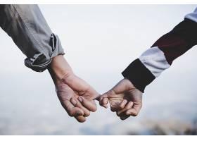 情人节背景幸福的情侣手牵手就像永远的_395226201