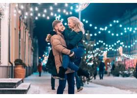 户外特写年轻夫妇在街上摆姿势的特写_613604601