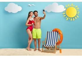 欧洲情侣手机自拍持护照飞机票海滩摆姿势_1235005301