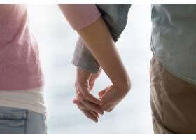 男人和女人手牵手相爱的情侣手牵着手亲_395553901