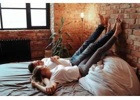 相爱的年轻夫妇在一起共度时光美女和帅哥_1101354201