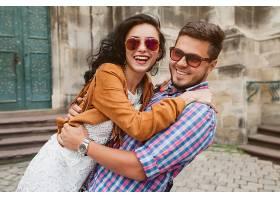 相爱的年轻夫妇在老城区摆姿势_1035590401