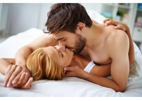 相爱的情侣在床上接吻_85415601