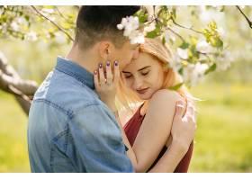美丽的一对夫妇在夏季公园度过时光_497521301