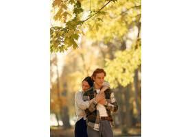 美丽的一对夫妇在秋天的公园里度过时光_924523101