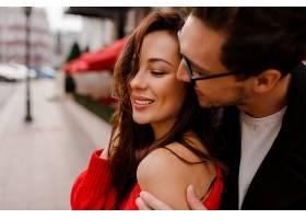 美丽的一对相爱的情侣在户外拥抱和调情浪_958518001